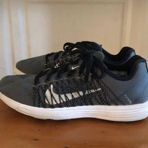 Nike women's size 8 lunar racer 3 shoe.
